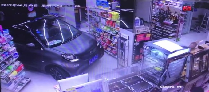 深夜便利店遭遇搞笑一幕,老司机直接把车开进了店里