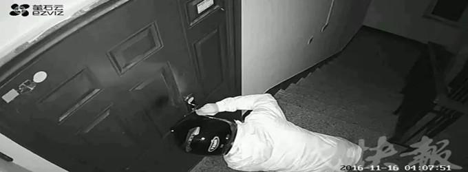 什么仇什么怨?早起开不了家门,监控里发现一个戴头盔的人…